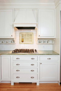 img_2012-01_Midwest-Home_The-Enduring-Kitchen_White-Cabinets